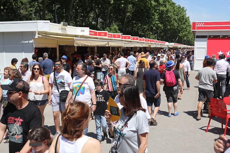 Gente en la Feria del Libro de Madrid 2019